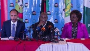 Sebastian Migne (Kushoto) kocha mpya wa Harambee Stars, akitambulishwa rasmi na rais wa Shirikisho la soka nchini Kenya FKF Nick Mwendwa (Katikati) jijini Nairobi Mei 03 2018
