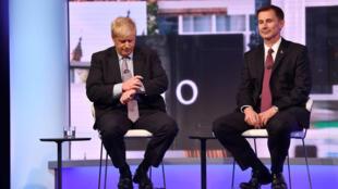 Boris Johnson et Jeremy Hunt, le 18 juin 2019 lors d'un débat à cinq candidats à Londres.