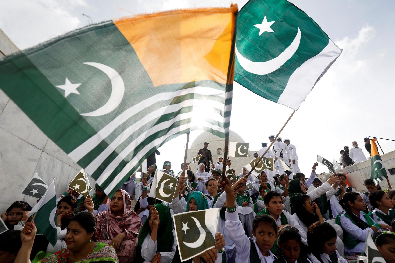 2019年巴基斯坦國慶日上看到克什米爾旗幟Des drapeaux du Pakistan et du Cachemire brandis pour exprimer la solidarité avec le Cachemire, le jour de la célébration de l'indépendance du Pakistan, le 14 août 2019