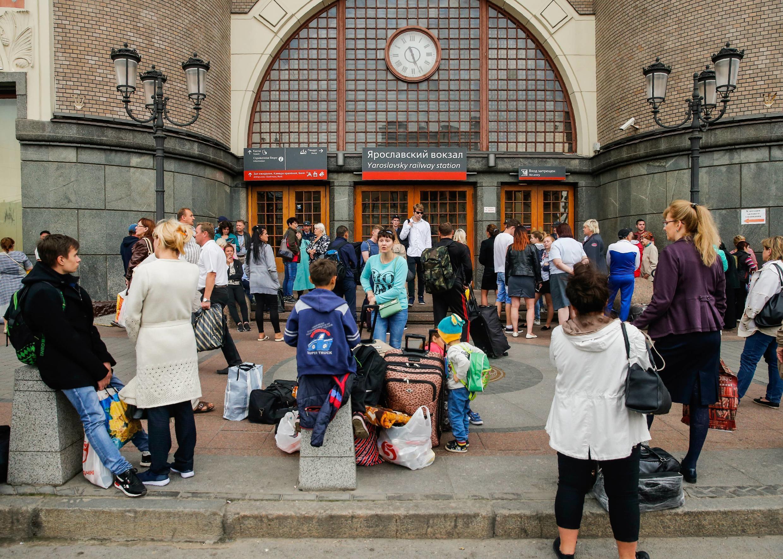 Пассажиры ждут окончания проверки у здания Ярославского вокзала в Москве, 13 сентября 2017 года.