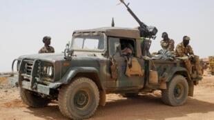 Dezenas de militares mortos no Mali e um soldado francês gravemente ferido