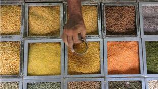 Đạm thực vật từ các loại đậu : Một giải pháp hàng đầu giúp giảm chăn nuôi, bảo vệ rừng, bảo vệ đất đai. Trong ảnh, một cửa hàng bán đậu hạt ở Ấn Độ.