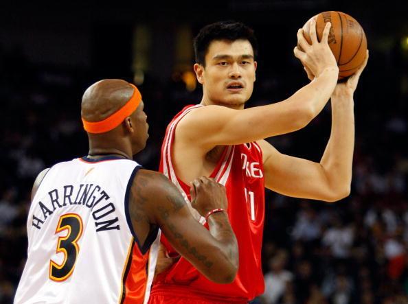 Le pivot chinois Yao Ming en action.