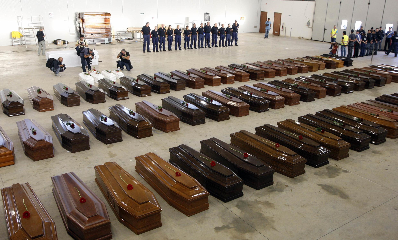 Les cercueils des victimes du naufrage dans un hangar de l'aéroport de Lampedusa, le 5 octobre 2013.