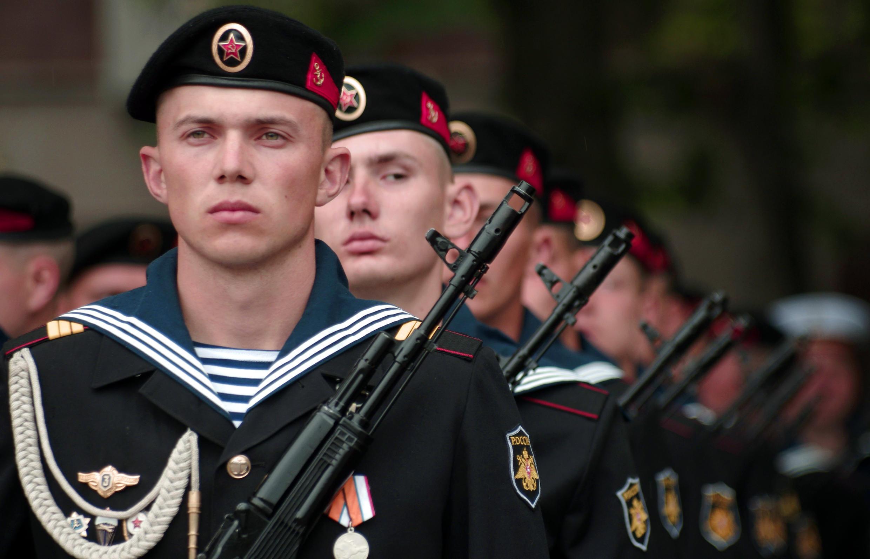 Wasu sojojin Rasha yayin fareti a Crimea.