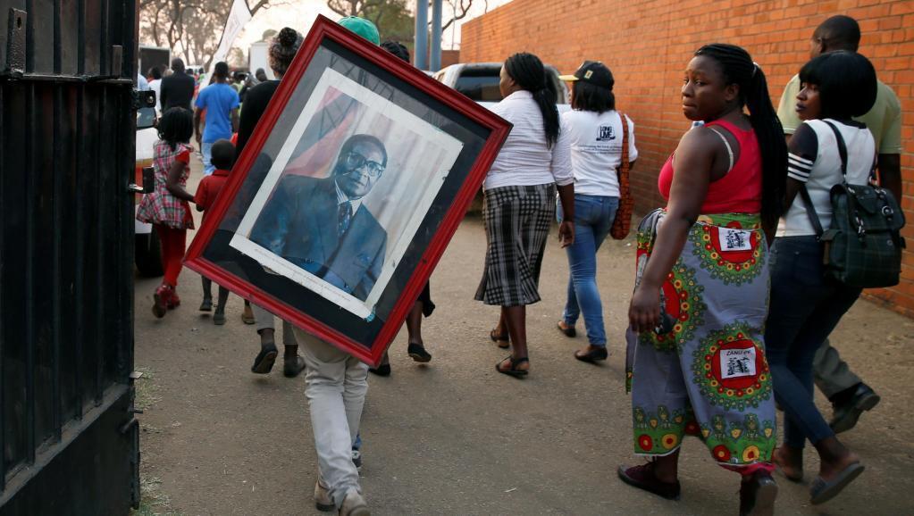 Raia wa Zimbabwe wakienda kutoa heshima zao za mwisho kwa rais wao wa zamani Robert Mugabe katika uwanja wa michezo wa Rufaro