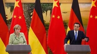 La chancelière allemande Angela Merkel et le Premier ministre chinois Li Keqiang en conférence de presse au Grand palais du peuple à Pékin, le 7 juillet 2014.