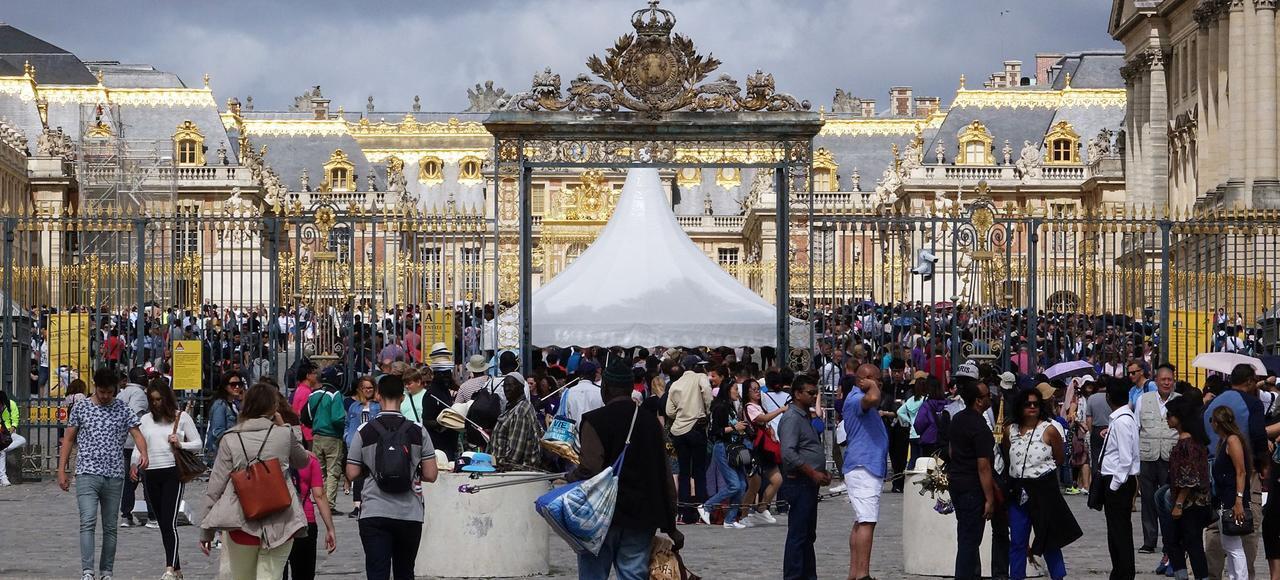 ازدحام گردشگران در مقابل کاخ ورسای در حومۀ پاریس