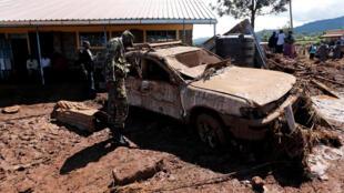 Un militaire évalue les dommages causés par les eaux libérées après la rupture d'un barrage, près de la ville de Solail, au Kenya, le 10 mai 2018. (Image d'archives)