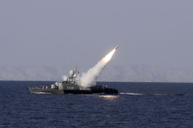 Hải quân Iran tập trận tại eo biển Ormuz ngày 01/01/2012