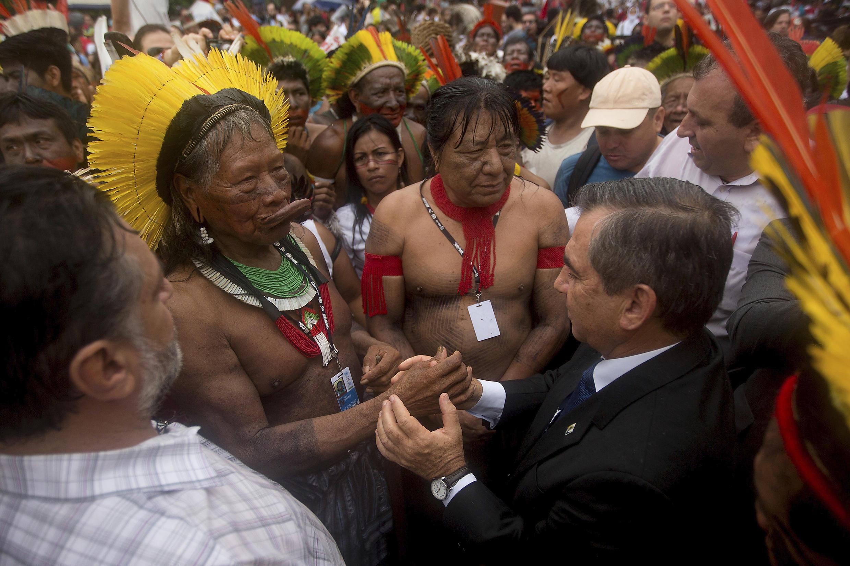Raoni, porte-parole de la communauté Kayapo, avec le secrétaire général à la présidence du Brésil, le 20 juin 2012 à Rio.