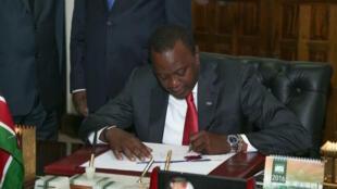 Rais Uhuru Kenyatta, akitia saini moja ya miswada kuwa sheria hivi karibuni, juma hili ametia saini muswada wa sheria ya kupata taarifa kuwa sheria rasmi.