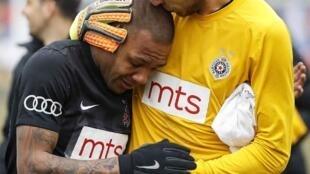 Everton Luiz chora e é consolado pelo goleiro