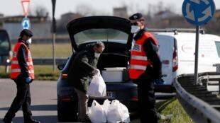 Cảnh sát kiểm tra người vào khu vực cách ly Casalpusterlengo, Ý, ngày 26/02/2020