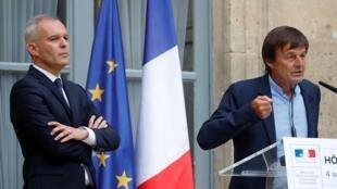法国前任环境部长于洛(右)和新任环境部长、前任议长德·鲁吉(De Rugy)在交接仪式上   2018年9月4日
