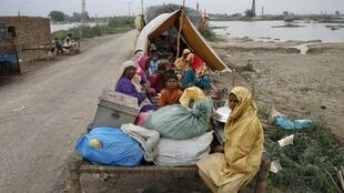 Villagers displacd by floods in Sindh's Tando Allahyar district