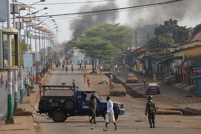 A Conakry, des jeunes affrontent les forces de l'ordre, le 20 février 2017.