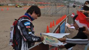 Les pilotes n'ont pas hésité à signer des autographes aux supporters venus les applaudir. Ici l'Argentin Marcos Patronelli, un des favoris de la catégorie «quads», le 3 janvier 2013.