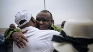 Jean-Pierre Bemba, chef du Mouvement pour la liberation du Congo (MLC), à son arrivée, ce dimanche 23 juin 2019, à l'aéroport de Kinshasa, reçu par Martin Fayulu (G), ancien candidat à la présidentielle de la coalition d'opposition Lamuka, le 23 juin 2019.