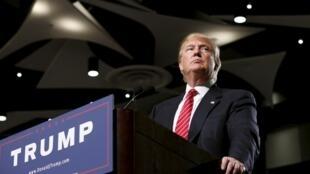 Le candidat à la primaire républicaine et magnat du bâtiment Donald Trump le 11 juillet 2015 à Phoenix, Arizona.