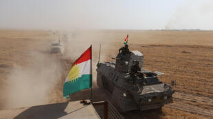 Un drapeau kurde flotte sur un char des peshmergas, les combattants de la région autonome du Kurdistan irakien, le 14 août 2016, dans le sud-est de Mossoul.