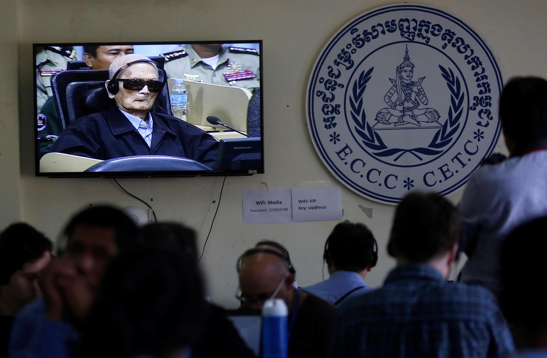 Cựu lãnh đạo Khmer Đỏ Nuon Chea được thấy trên màn hình tivi tại trụ sở Tòa Án Cam Bốt, vùng ngoại ô Phnom Penh. Ảnh 16/11/2018.