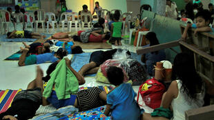Habitantes passam Natal em abrigo improvisado pelo governo nas Filipinas
