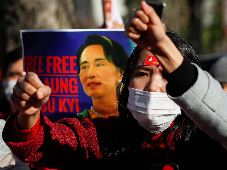 Người Miến Điện định cư tại Nhật Bản biểu tình phản đối quân đội đảo chính và đòi trả tự do cho bà Aung San Suu Kyi, trước trụ sở bộ Ngoại Giao tại Tokyo, Nhật Bản, ngày 03/02/2021.