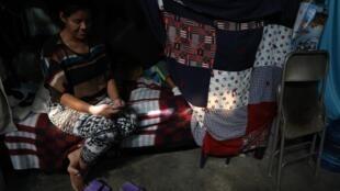 Una migrante originaria de Brasil se registra con su teléfono móvil para intentar ingresar a Estados Unidos, en Ciudad Juárez, en el estado mexicano de Chihuahua, el 19 de febrero de 2021