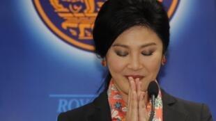 Yingluck Shinawatra salue après une conférence de presse suite à sa destitution, le 7 mai 2014.