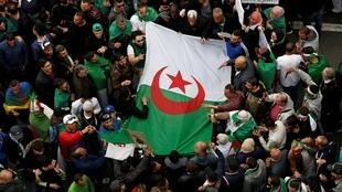 Waandamanaji nchini Algeria wakiandamana kushinikiza mabadliko ya uongozi nchini humo