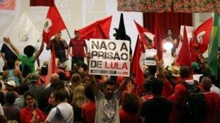 Công nhân luyện kim biểu tình phản đối việc bỏ tù cựu tổng thống Brazil Luiz Inacio Lula da Silva, Sao Bernardo do Campo, 04/04/2018.