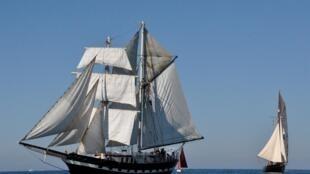 Um dos barcos a vela da empresa veio recentemente dos Açores, em Portugal, até Brest, na Bretanha.