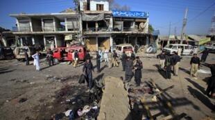Полиция ведет расследование на месте теракта перед зданием школы полиции в Шабкадаре