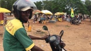 Noé Laïma est conducteur de taxi-moto. En 2015, il a passé 8 mois en Algérie, sur des chantiers.