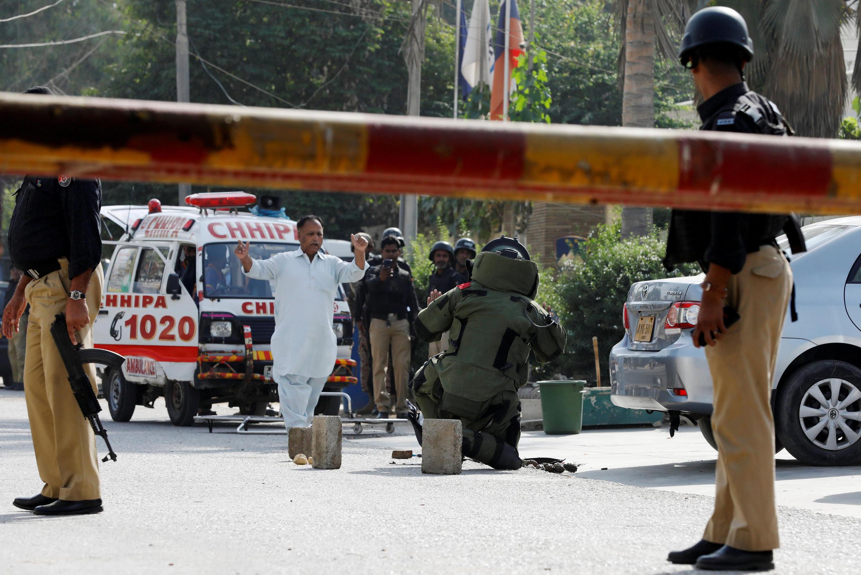 Des démineurs après l'attaque du consulat de Chine à Karachi (Pakistan). Photo datée du 23 novembre 2018.