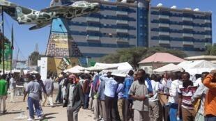 Les électeurs font la queue pour voter à l'élection présidentielle au Somaliland ce lundi 13 novembre. Hommes et femmes dans des files séparées.
