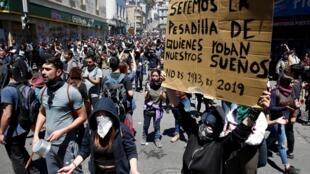 تظاهرات در شیلی: «ما کابوس کسانی هستیم که رویاهای ما را ربوده اند. دیگر سال ١٩٧٣ نیست، ما در ٢٠١٩ زندگی میکنیم». - ٢١ اکتبر ٢٠١٩