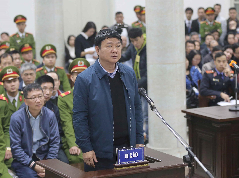 Cựu ủy viên Bộ Chính Trị Đinh La Thăng và ông Trịnh Xuân Thanh trong phiên tòa ở Hà Nội ngày 08/01/2018.