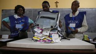 Membros da Comissão eleitoral nacional independente (Ceni) no apuramento dos boletins de voto após as eleições em Kinshasa a 30 de Dezembro de 2018.