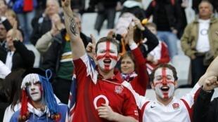 Английские болельщики на стадионе Стад де Франс, 11 марта 2012 года