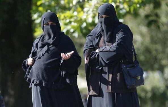 Женщины в никабе на улице в Лондоне