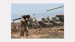 Un soldat effectue un tir de missile sol-air Stinger.