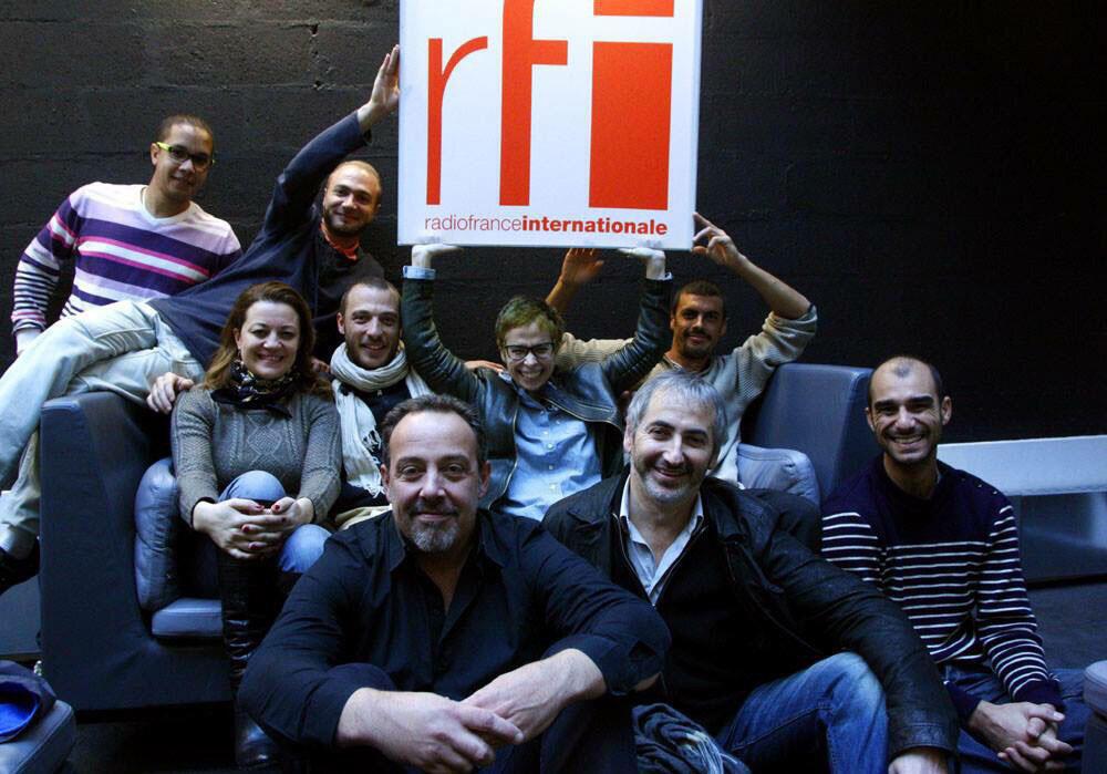 Dorsaf Hamdani et Grèn Sémé avec la famille RFI