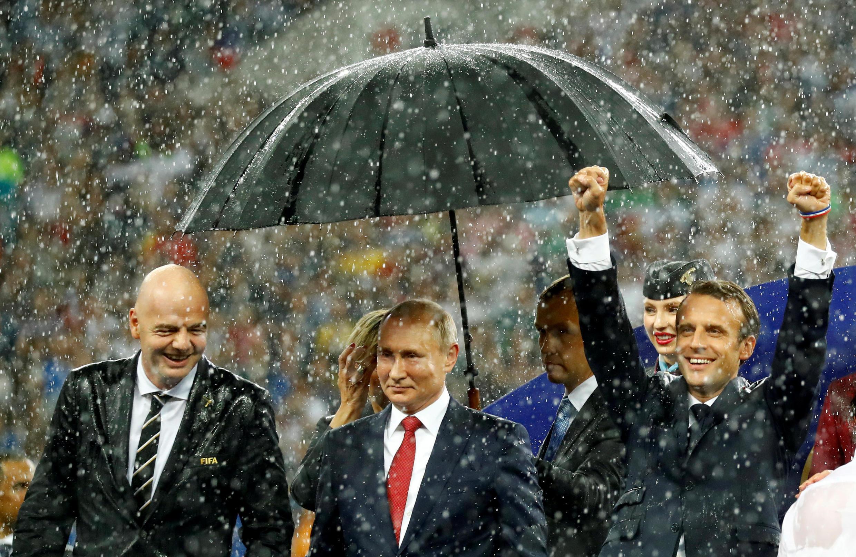 """Слева направо: глава ФИФА Джанни Инфантино, президенты Владимир Путин и Эмманюэль Макрон на стадионе """"Лужники"""" 15 июля 2018"""