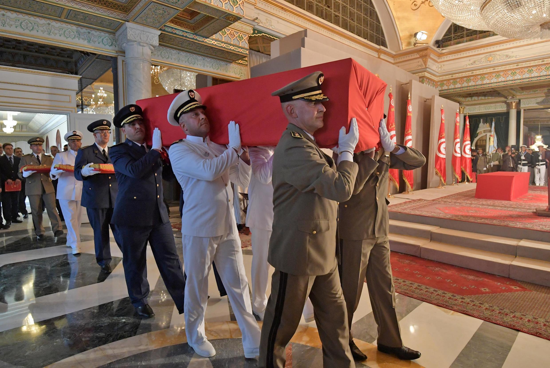 Des officiers portent le cercueil de feu le président Essebsi lors de ses funérailles, au palais présidentiel de Carthage, dans la banlieue est de la capitale, le 27 juillet 2019.