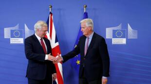 Michel Barnier, a la derecha, y David Davis, los negociadores en jefe de la Unión europea y del Reino Unido sobre el Brexit, este 17 de julio de 2016