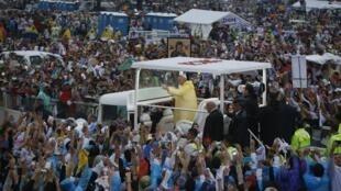 Le pape François no meio da multidão reunida em Manila para assistir a missa neste domingo.