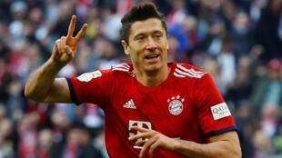 Dan wasan gaba na kungiyar Bayern Munich Robert Lewandowski yayin jefa kwallo ta 3 a ragar Chelsea yayin gasar Zakarun Turai.