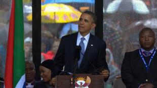 Thamsanga Jantjie, à direita, durante discurso de Barack Obama no funeral de Nelson Mandela (10/12/2013).